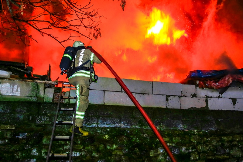 Shanty house fire in Fatih - News - Istanbul Fire Department