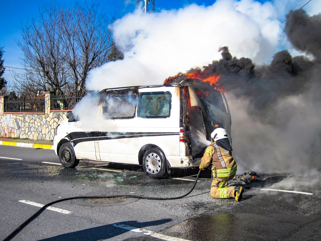 Vehicle fire in Sultangazi - News - Istanbul Fire Department