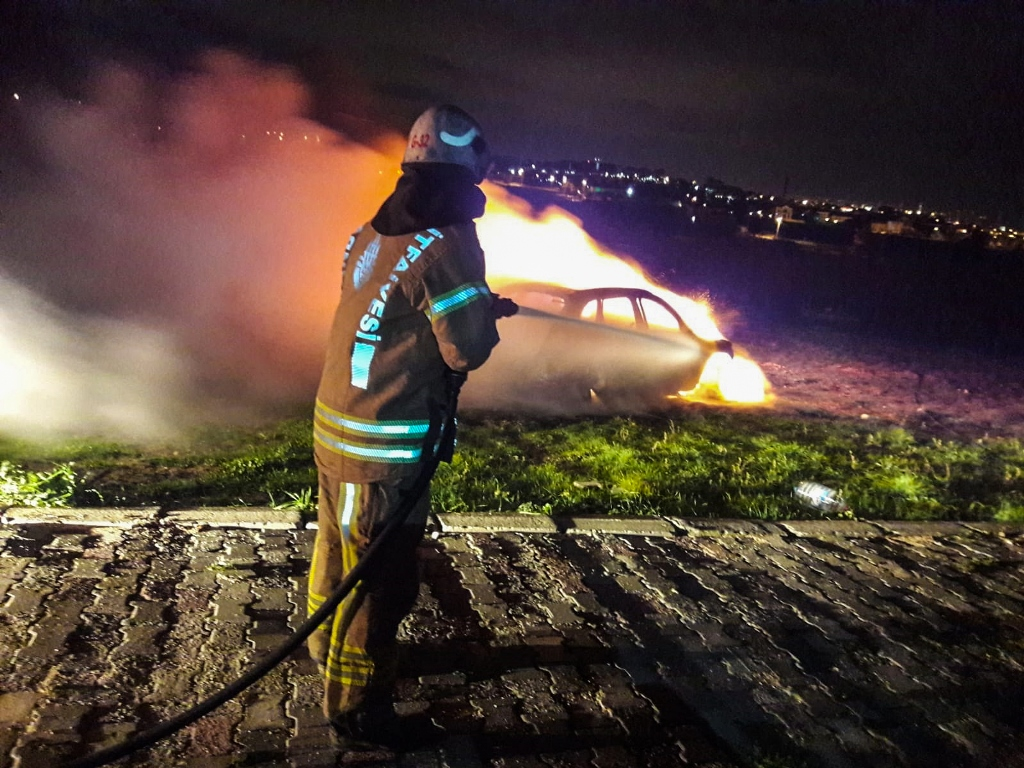 Vehicle fire in Beylikdüzü - News - Istanbul Fire Department