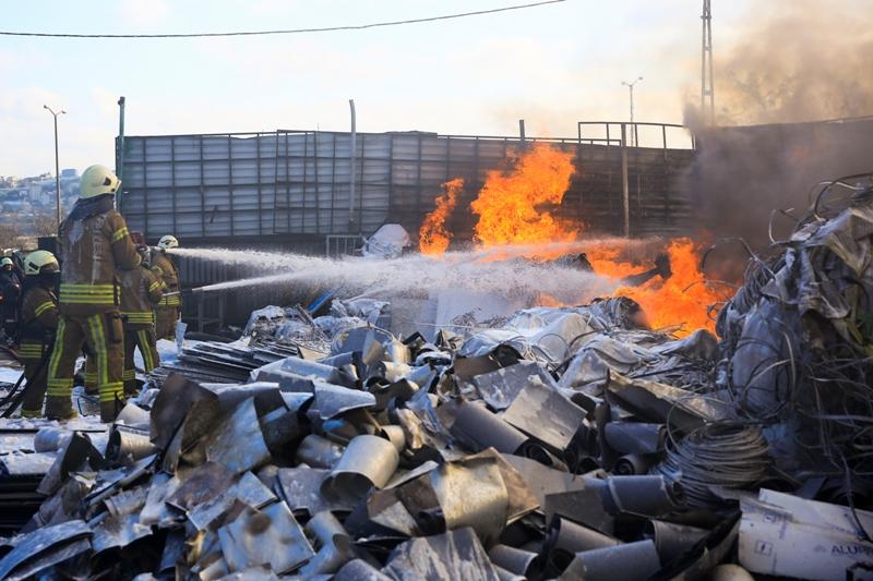 Avcılarda hurdalık yangını - Haberler - İstanbul İtfaiyesi
