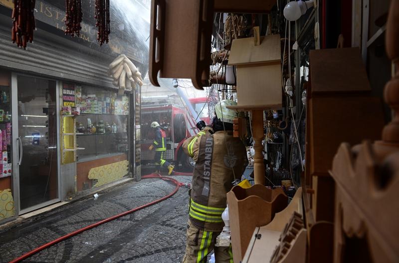 Eminönüde çatı yangını - Haberler - İstanbul İtfaiyesi