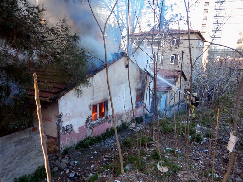 Kadıköyde metruk bina yangını - Haberler - İstanbul İtfaiyesi