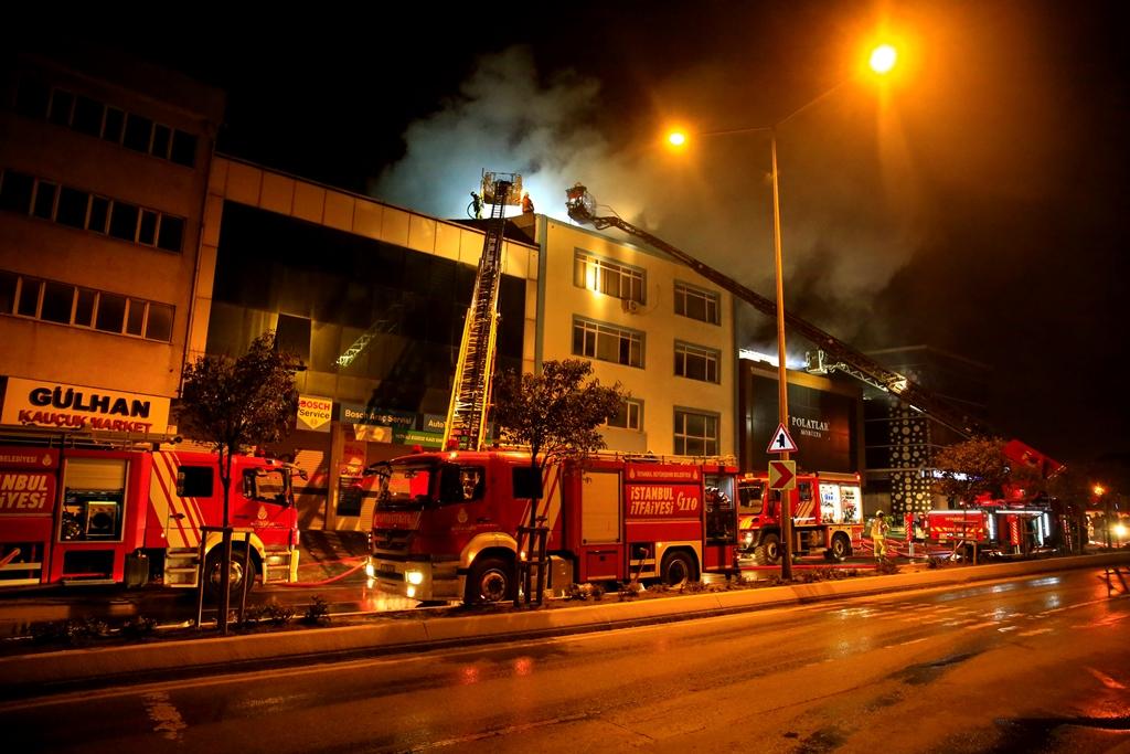 Ümraniyede çatı yangını - Haberler - İstanbul İtfaiyesi