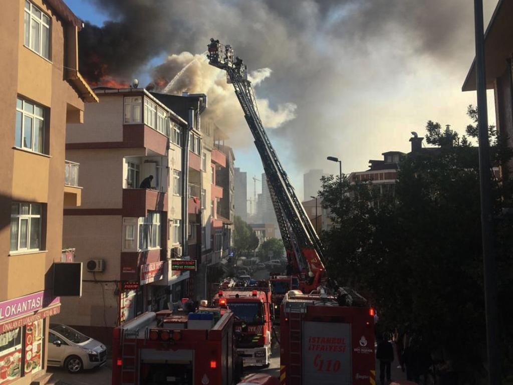 Üsküdarda çatı yangını - Haberler - İstanbul İtfaiyesi