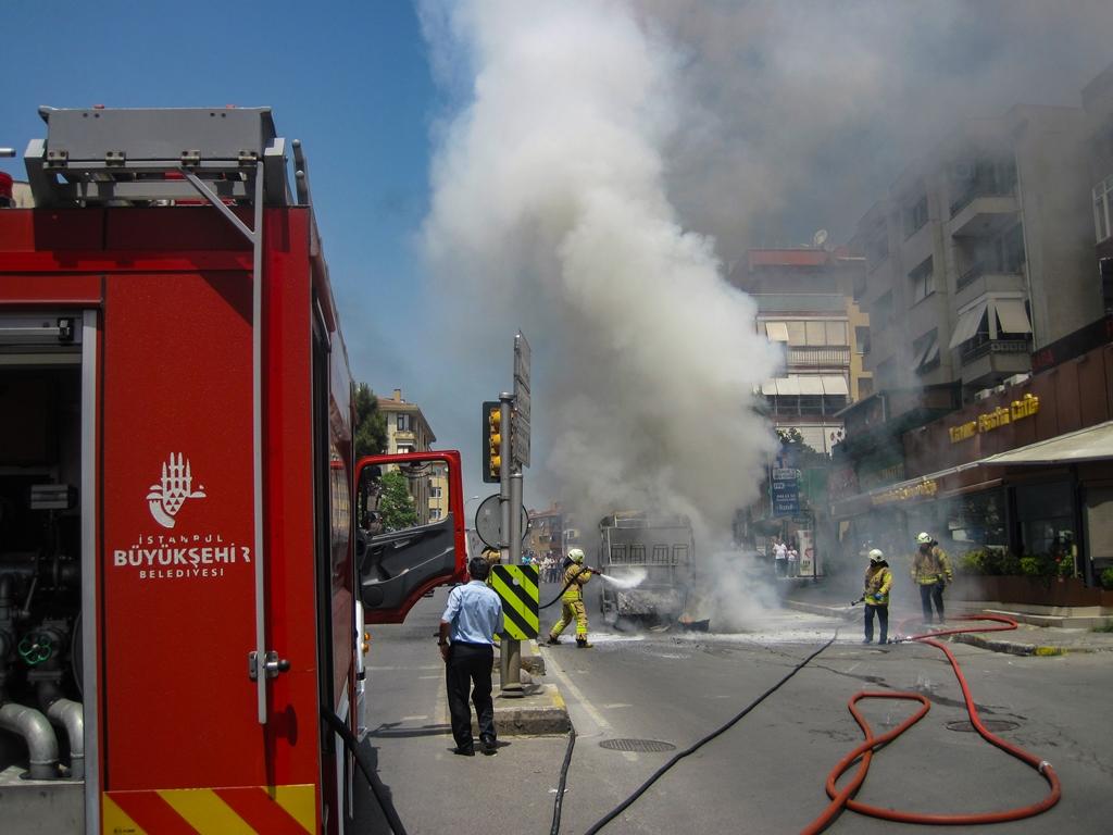 Maltepede araç yangını - Haberler - İstanbul İtfaiyesi