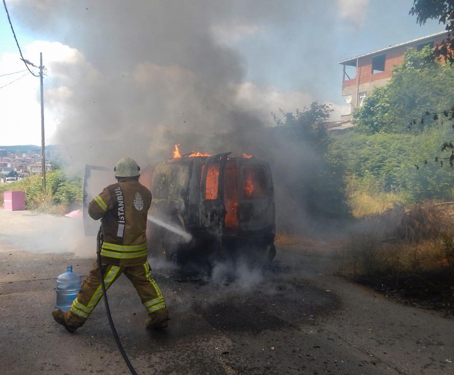 Sancaktepede araç yangını - Haberler - İstanbul İtfaiyesi