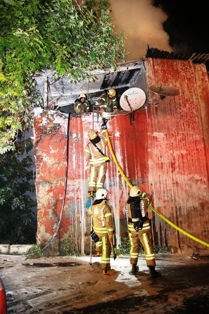 Eyüpte çatı yangını  - Haberler - İstanbul İtfaiyesi