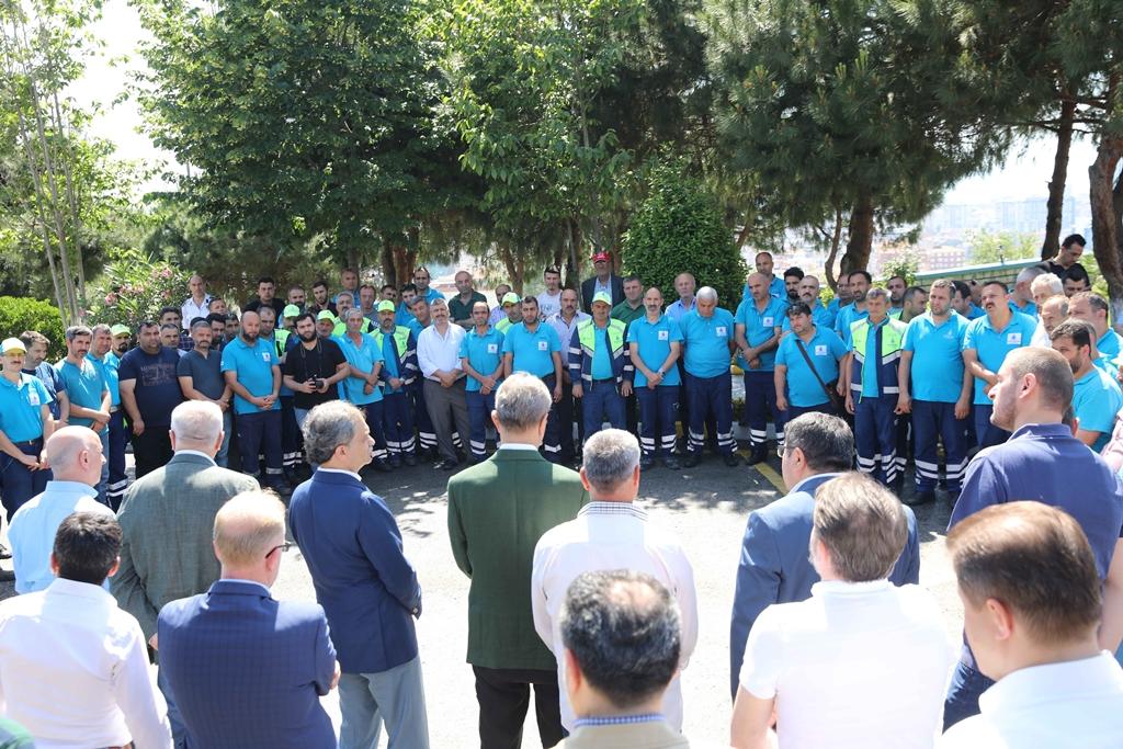Hayri Baraçlı, mesai başındaki çalışanları ziyaret ederek bayramlarını kutladı. - Haberler - İstanbul İtfaiyesi