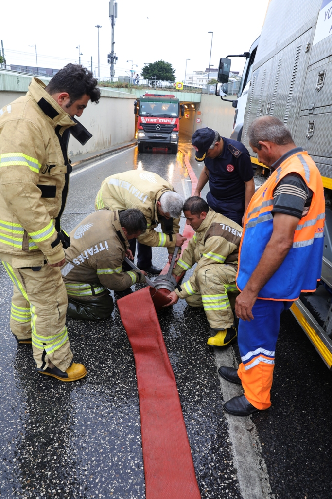 Tackling with the effects of the heavy rainfall goes on nonstop - News - Istanbul Fire Department