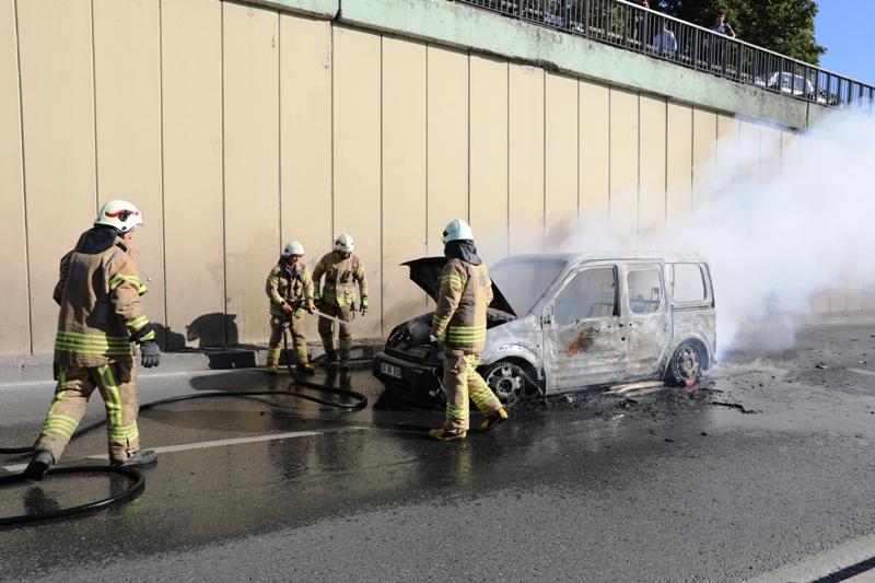 Edirnekapıda araç yangını - Haberler - İstanbul İtfaiyesi