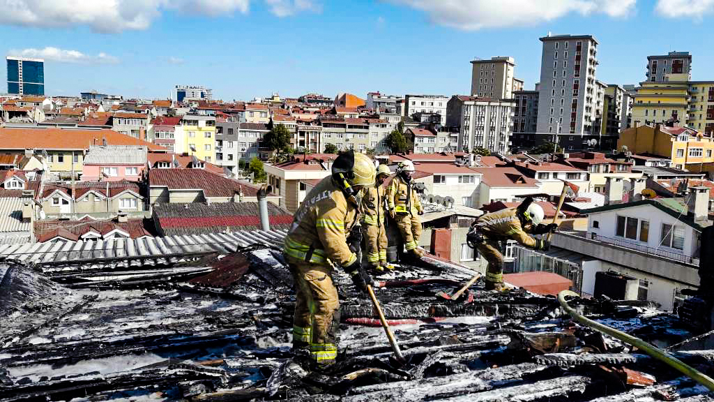 Roof fire in Bayrampaşa - News - Istanbul Fire Department