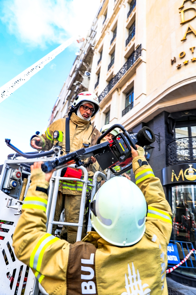 Şişlide çatı yangını - Haberler - İstanbul İtfaiyesi