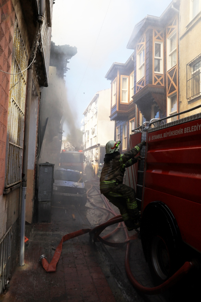 Wooden building fire in Fatih - News - Istanbul Fire Department
