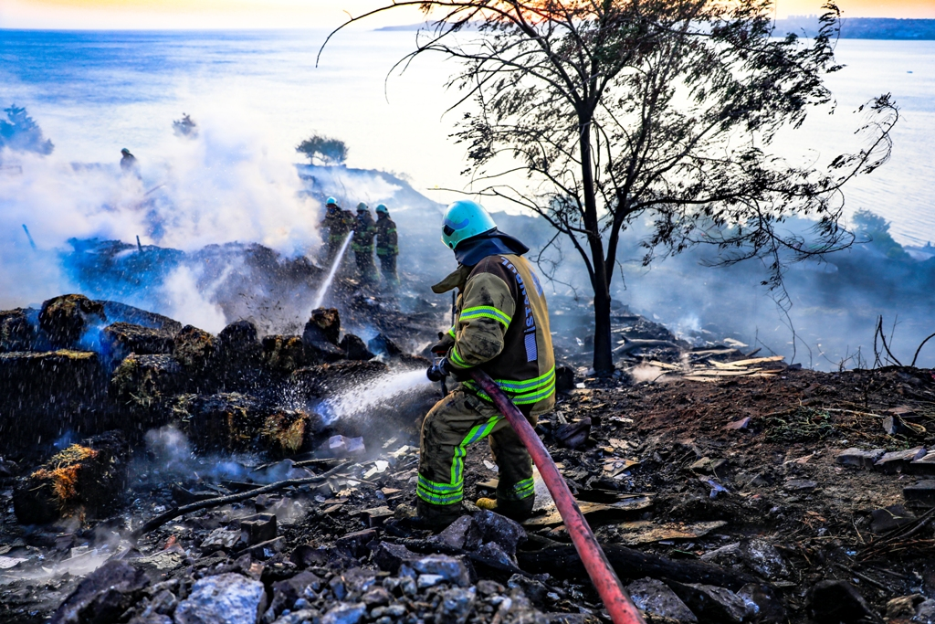 Fire on a large land in Beylikdüzü  - News - Istanbul Fire Department