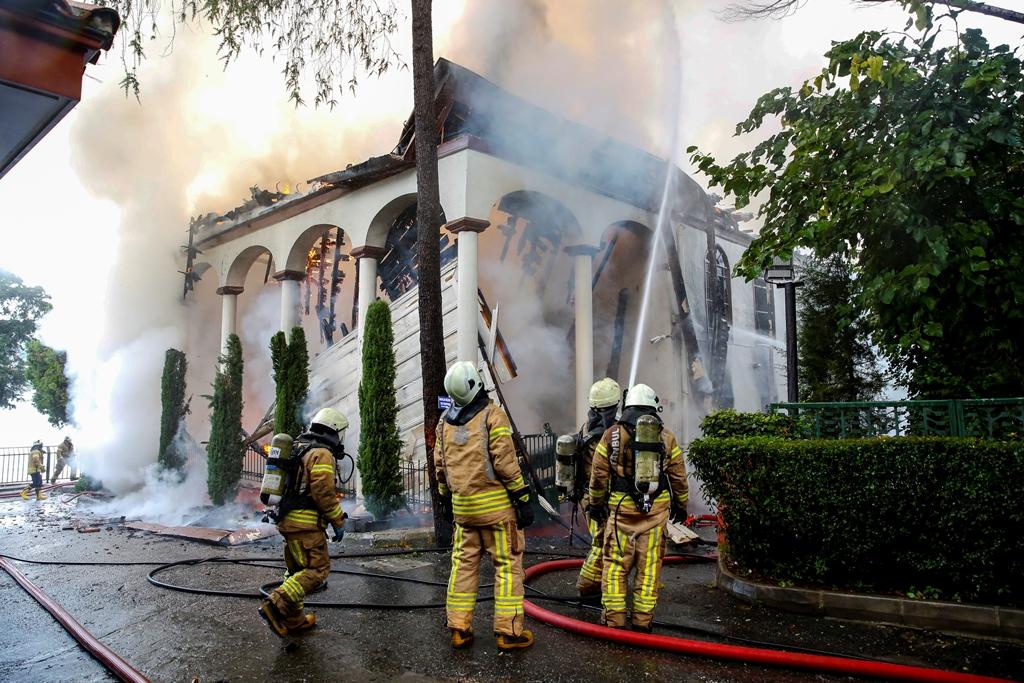 Üsküdarda tarihi camii yangını - Haberler - İstanbul İtfaiyesi