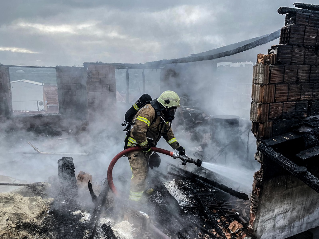 Sultangazide çatı yangını - Haberler - İstanbul İtfaiyesi