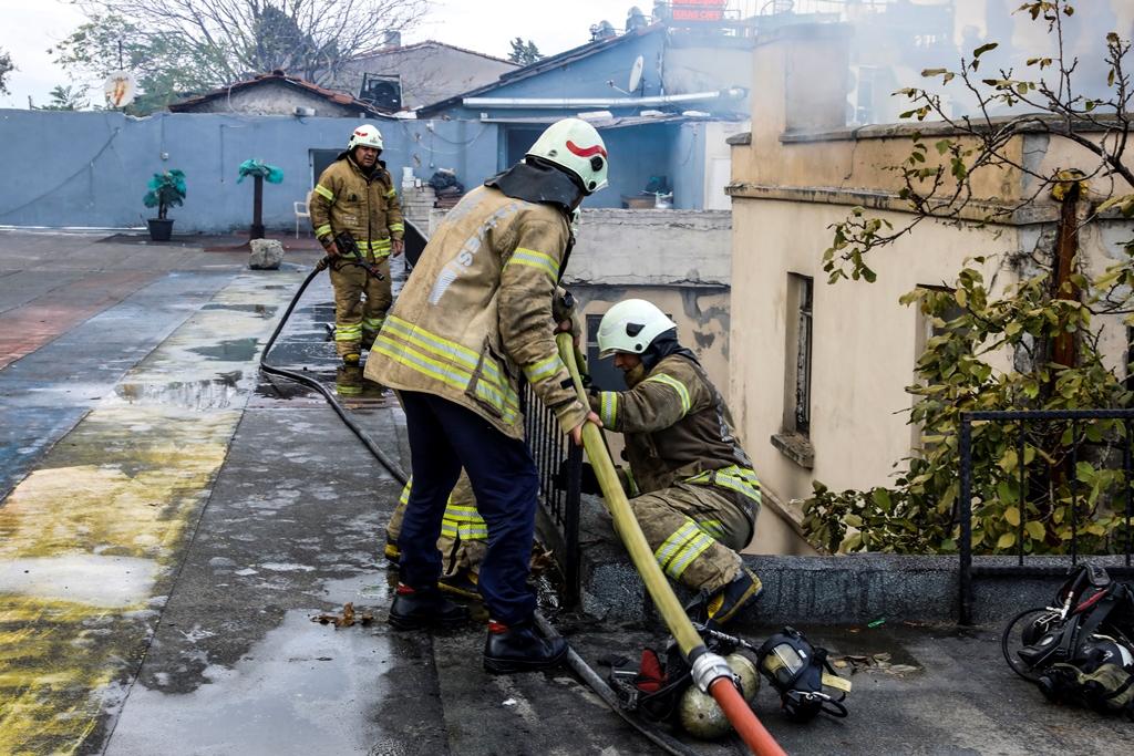 Süleymaniyede çatı yangını - Haberler - İstanbul İtfaiyesi