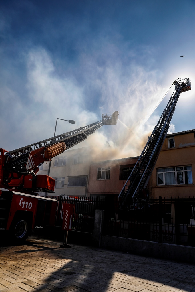 Fatihte çatı yangını - Haberler - İstanbul İtfaiyesi