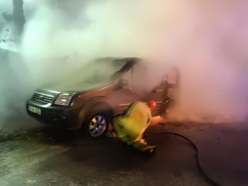 İstinyede araç yangını - Haberler - İstanbul İtfaiyesi
