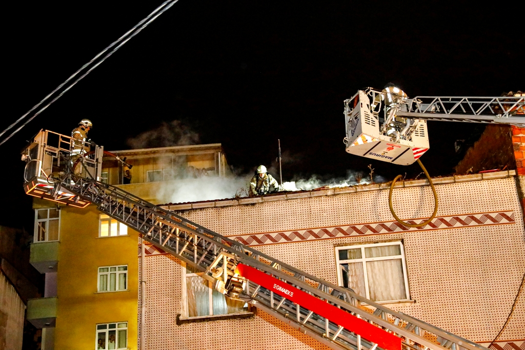 Gaziosmanpaşada çatı yangını - Haberler - İstanbul İtfaiyesi