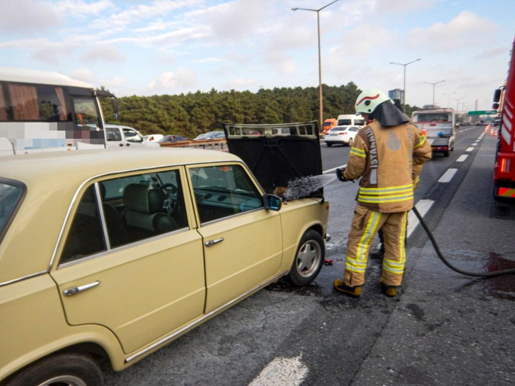 Çavuşbaşında araç yangını - Haberler - İstanbul İtfaiyesi