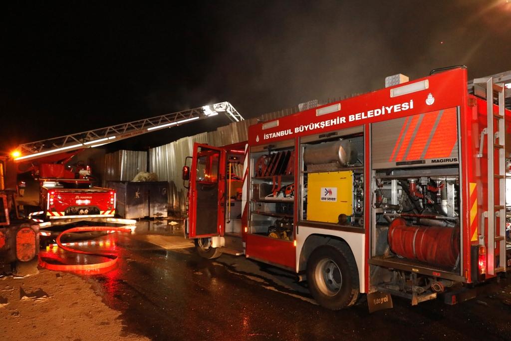 Ümraniyede hurdalık yangını - Haberler - İstanbul İtfaiyesi