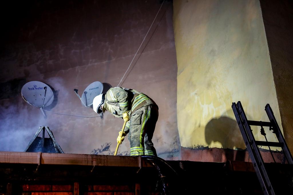 Balatta çatı yangını - Haberler - İstanbul İtfaiyesi